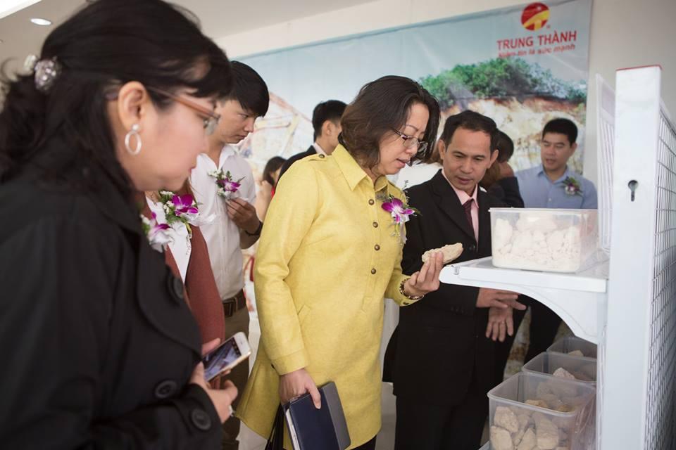 Khách hàng tham quan khu trưng bày sản phẩm Cao lanh của Công ty