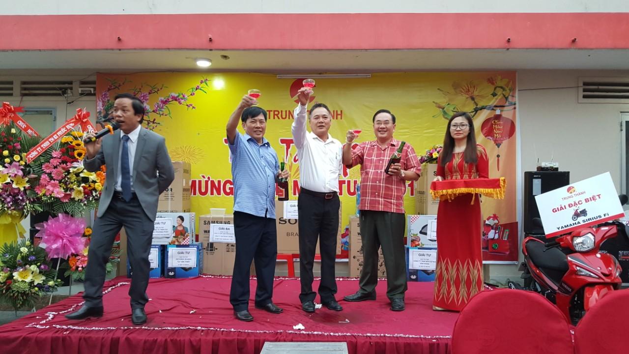Thiếu tướng Đậu Văn Nậm cùng ban lãnh đạo Công ty khui sâm banh khai tiệc